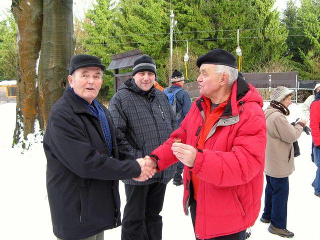 na Nový rok se tradičně potkávají na Šacberku přátelé a známí - zde si připíjejí František Hošek s Jirkou Daňhelem