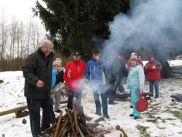 oheň právě zapálen na prostranství před chatami; foto J. Daňhel
