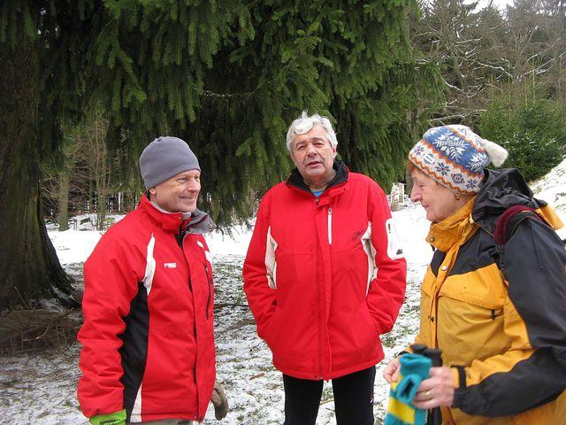 pořadatelé Mirek a Jirka jsou s účastí 157 turistů spokojeni; foto J. Daňhel