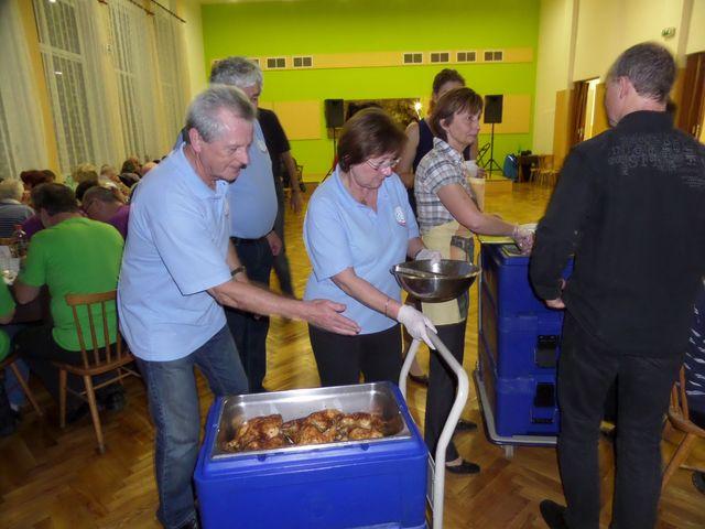 pořadatelé i hosté byli s připraveným jídlem spokojeni; foto L. Tomáš