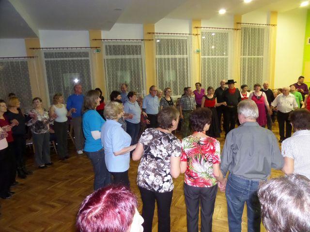 tanečníci z Bonanzy vyučují účastníky nový tanec; foto L. Tomáš