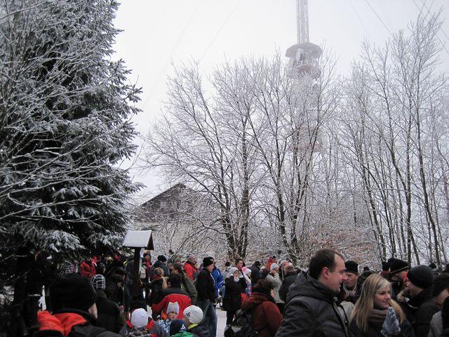 během několika hodin se na vrcholu Javořice vystřídalo přes pět tisíc turistů; www.svatosi.cz