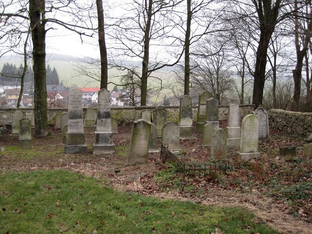 náhrobky v Puklicích jsou převážně z 19. a 20. století; www.svatosi.cz