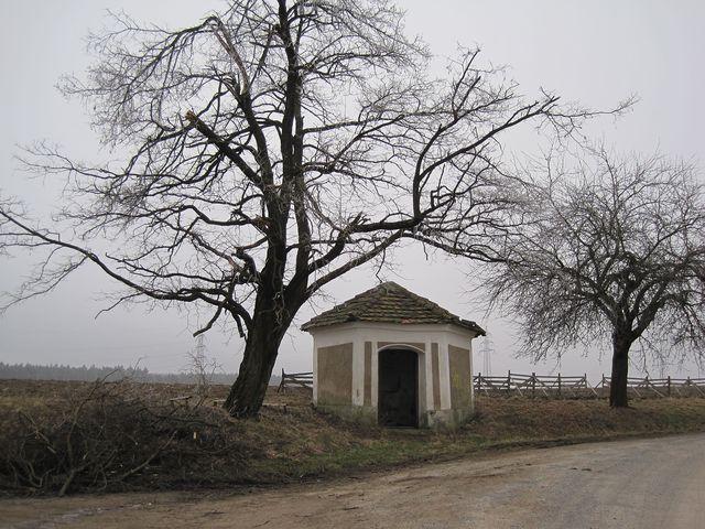 kaplička v zatáčce silnice, v půli cesty z Puklic do Studének; www.svatosi.cz
