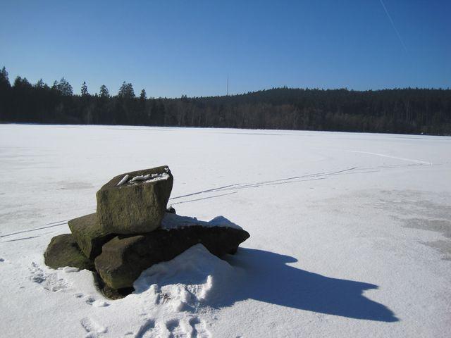 tajuplná skalka na zamrzlé hladině Pařezitého rybníka; www.svatosi.cz