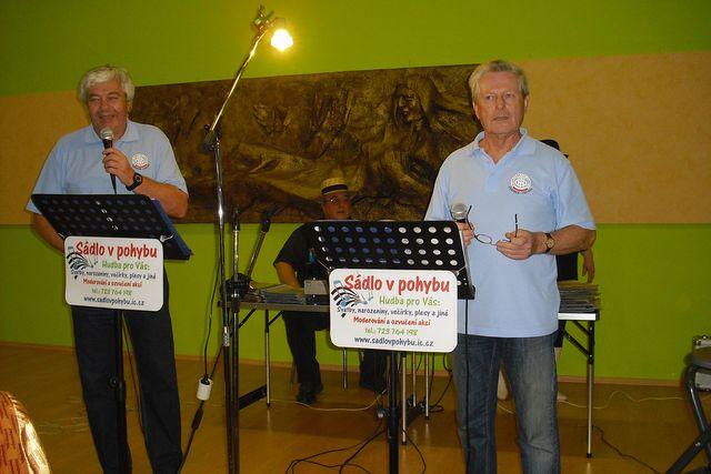 Jirka a Mirek zahajují taneční část turistické akce; foto P. Varhaníková