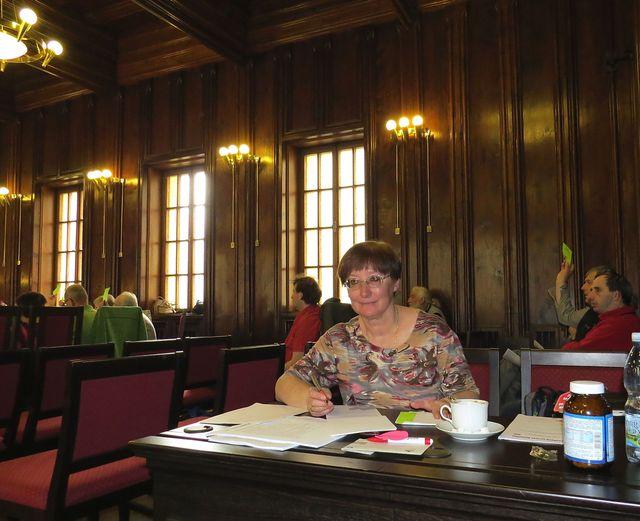 sekretářka Míla Bradová vyřizuje i během konference nezbytnou turistickou agendu s delegáty z odborů