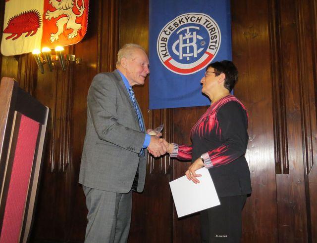 Ing. Jan Havelka předává Veřejné uznání II. stupně - diplom s medailí Jaroslavě Kohoutové, předsedkyni KČT Havlíčkův Brod
