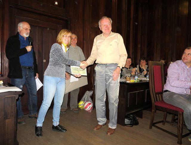 předseda KČT Žďár nad Sázavou Oldřich Růžička přebírá ocenění pro odbor za mnohaleté organizování turistických akcí