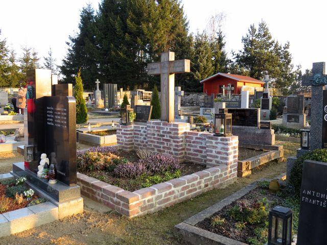 hrob rodiny Florianů na staroříšském hřbitově; www.svatosi.cz