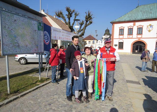 zástupce města, oblasti a odboru KČT s atributy zahájení turistické sezony