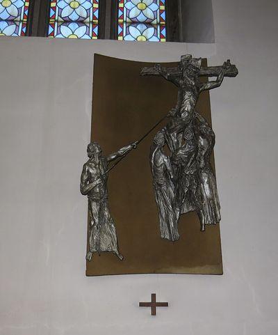 cínové reliéfy na zastaveních křížové cesty jsou dílem Karla Stádníka