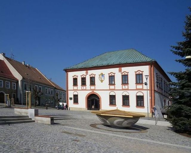kašna pěti pramenů před Starou radnicí na osiřelém žďárském náměstí