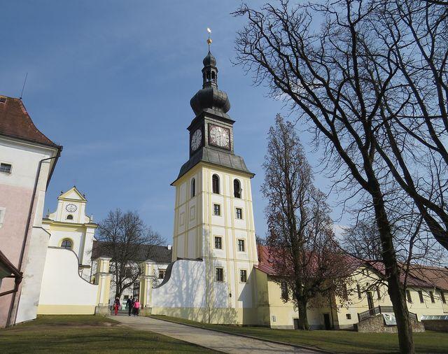 zvonice v zámeckém areálu - renesanční stavba barokně upravená