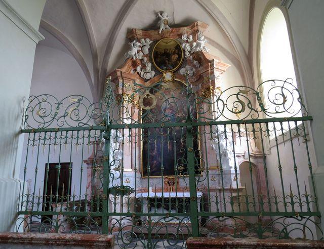 jeden z bočních oltářů baziliky