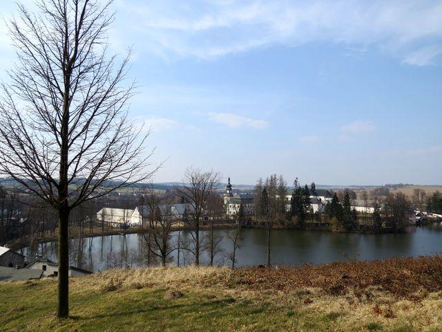 pohled ze Zelené hory přes Konventní rybník na zámecký (dříve klášterní) komplex