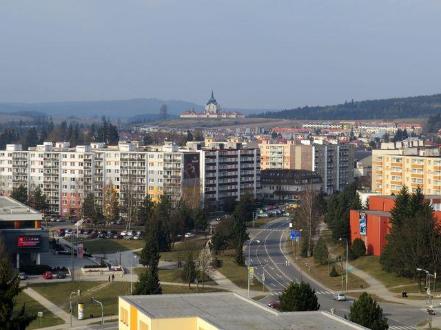výhled z věže kostela sv. Prokopa přes sídliště Libušín na kostel sv. Jana Nepomuckého na Zelené hoře