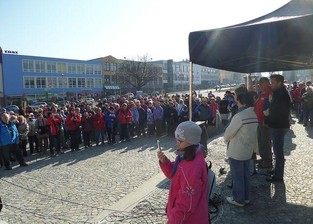 v 9 hodin se sešli turisté na náměstí ve Žďáře; foto L. Tomáš