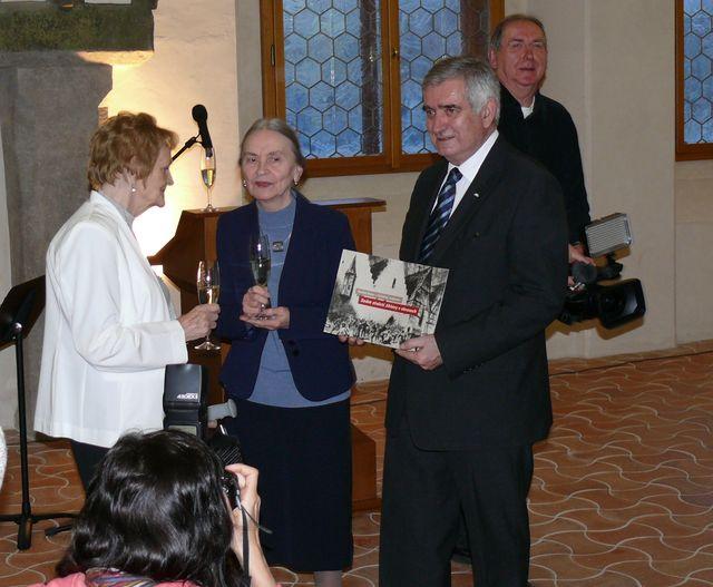 křest knihy Sedm století Jihlavy v obrazech - paní Krumová, Dr. Hoffmannová a primátor Jihlavy Dr. Chloupek