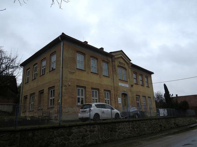 v budově staré školy je Literární památník Vysočiny