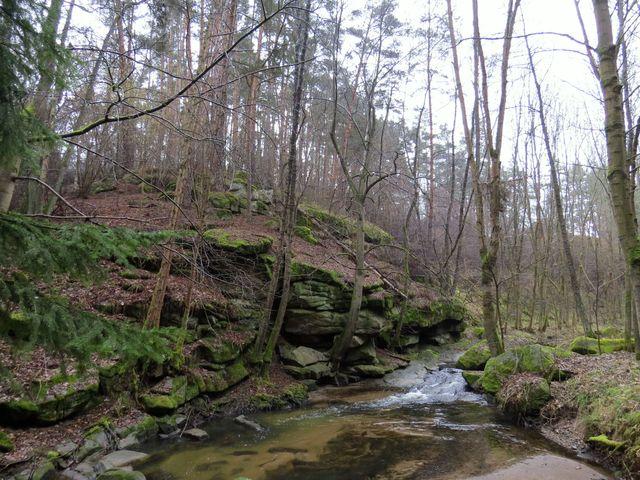nad potokem se zvedají kamenité stráně