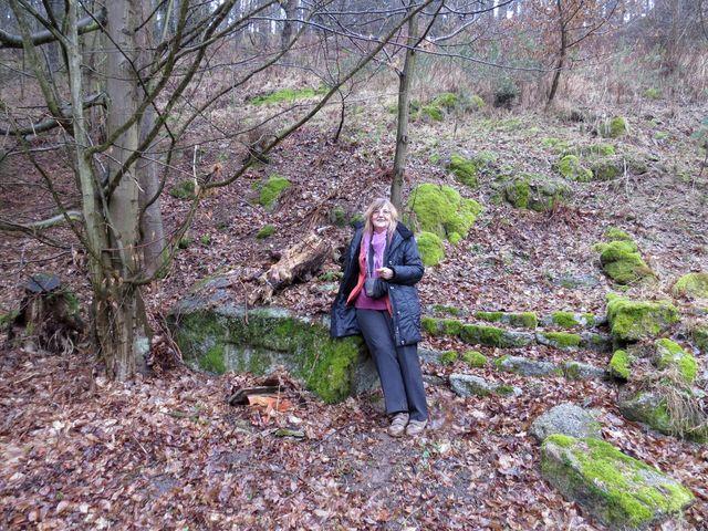 Lidmila Anna Dohnalová u kamene, kde sedával Otokar Březina