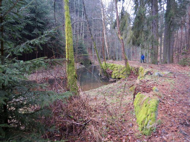 u splavu bylo zařízení, které zadrželo vodu a ta se pak potrubím rozvedla podle pořadníku na zavlažování pozemků družstva majitelů