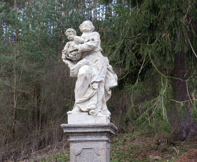 asi v polovině táhlého vrchu při silnici z Budišova do Tasova stojí socha sv. Josefa s Ježíškem