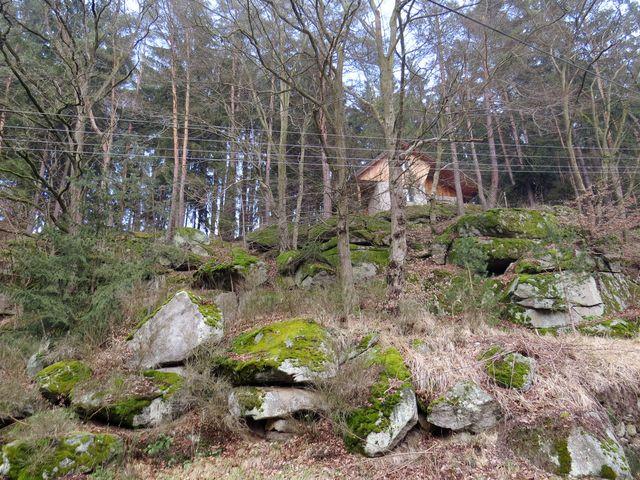 chata na srázném říčním břehu; www.svatosi.cz