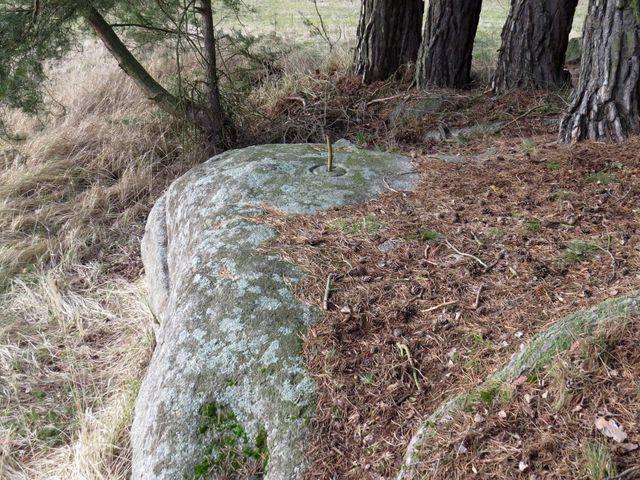 mnoho bludných balvanů bylo během let zpracováno místními kameníky