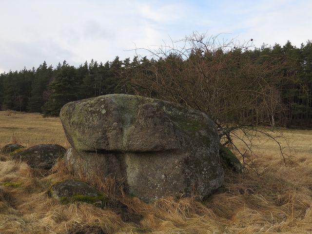 Čertův kámen uprostřed louky pod Salaší