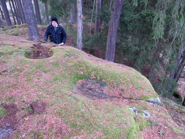 kamenná mísa a odtoková drážka vytesaná v kameni