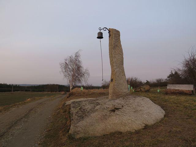 zvonička nad obcí Kamenná; www.svatosi.cz