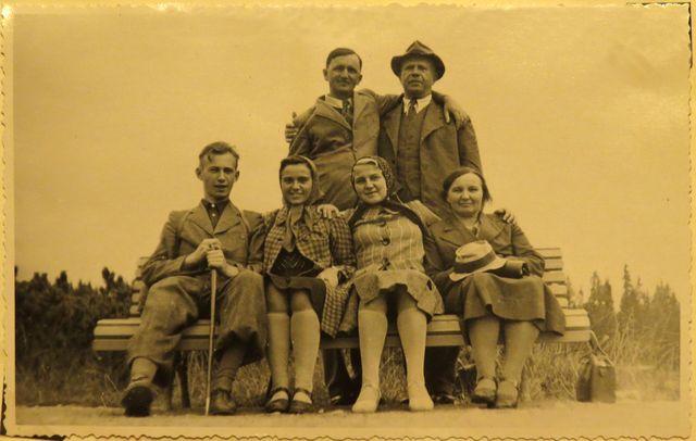 rok 1938 - na dovolené cestou do Štrby - zleva Jan Koday, jeho sestra Marie, sestřenice Marie, matka Marie, stojící otec Vilém Koday (v klobouku)