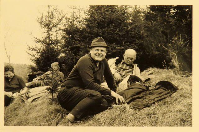 v popředí Ing. Ambrož, za ním Ing. Koday - na vycházce v okolí Velkého Meziříčí 29.4.1973