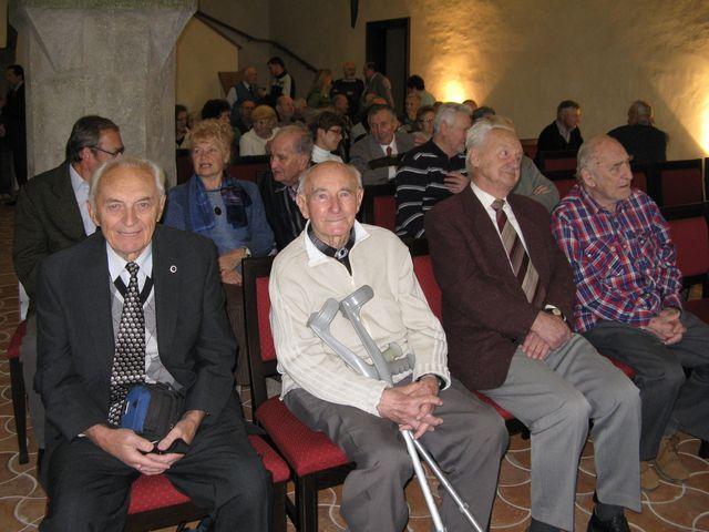 slavnostní shromáždění k 90. výročí založení KČT Čeřínek - gotická síň radnice v Jihlavě 25.11.2010 - zleva Ing. Jan Krejčí, Ing. Jan Koday, pan učitel Karel Tůma