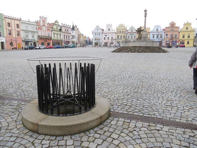 středověká, 16 metrů hluboká kamenná studna na náměstí v Havlíčkově Brodě; www.svatosi.cz
