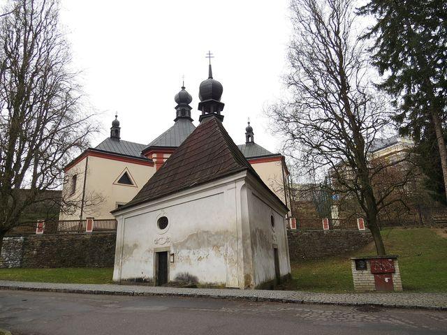kostel Nejsvětější Trojice a kaple sv. Kříže tvoří vstupní areál do parku Budoucnost