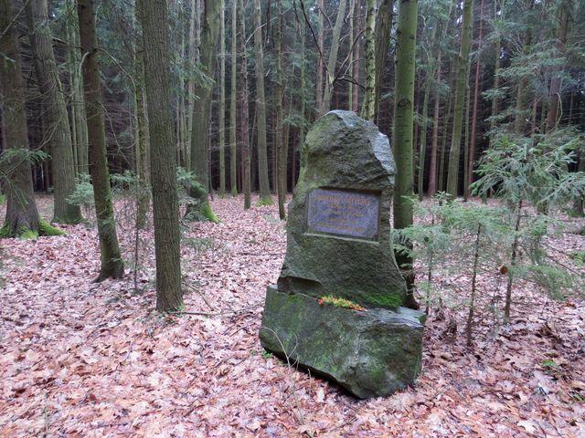 památník v pelestrovských lesích