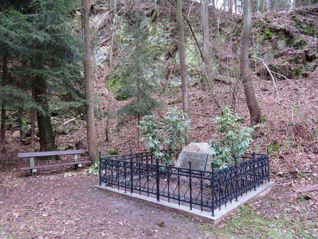 6. května 1945 zde bylo Němci zastřeleno a pohřbeno osm lidí