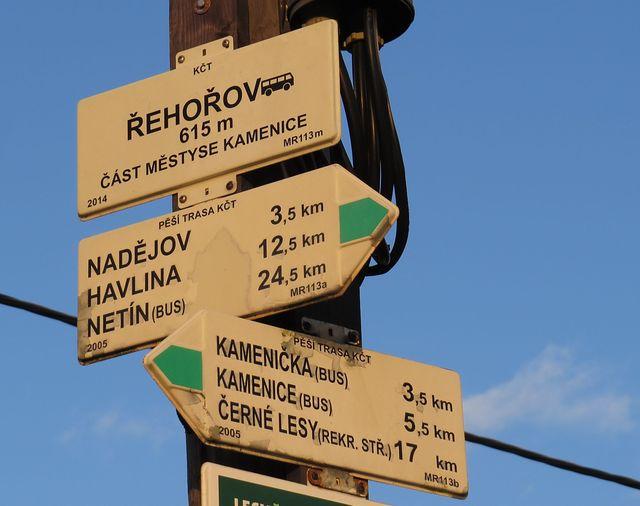 z Řehořova se vydáváme po zelené značce přes Nadějov na Havlinu, nejvyšší vrchol Arnoleckých hor