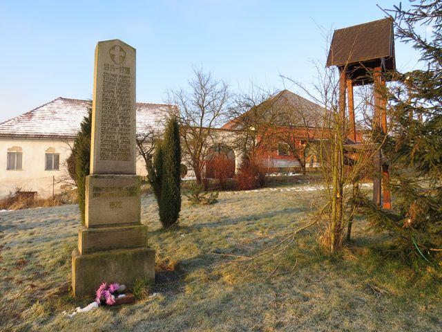v centru Řehořova je zvonička a památník obětem 1. světové války; www.svatosi.cz