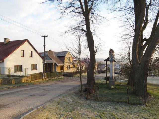 socha sv. Jana odděluje horní a dolní část obce Řehořov; www.svatosi.cz