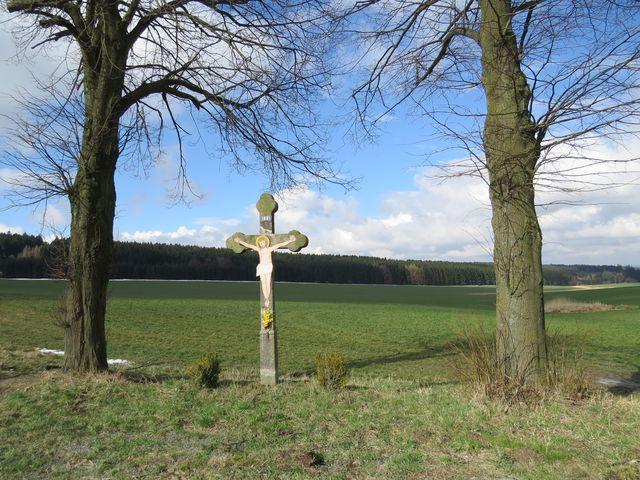 blízko rozcestí Velký Ochoz před obcí Stáj - všimněte si, že počasí se svátečně vylepšilo