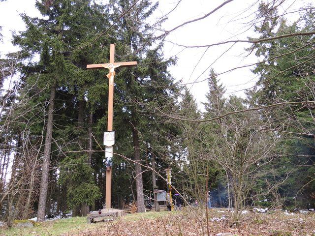 vrcholek Dědkovské hory s osmimetrovým křížem, deskou s desaterem a písní La Salettskou
