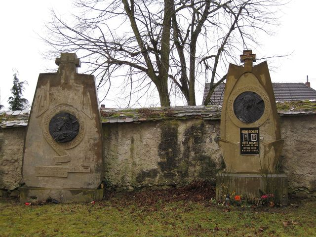 náhrobky na jřbitově u kostela byly postaveny podle návrhu sochaře Františka Bílka