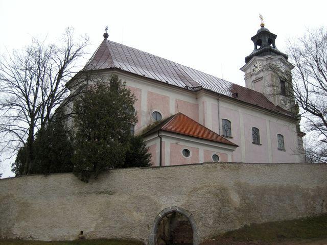 tasovský chrám sv. Petra a Pavla s gotickým jádrem byl barokně přestavěn v polovině 18. století