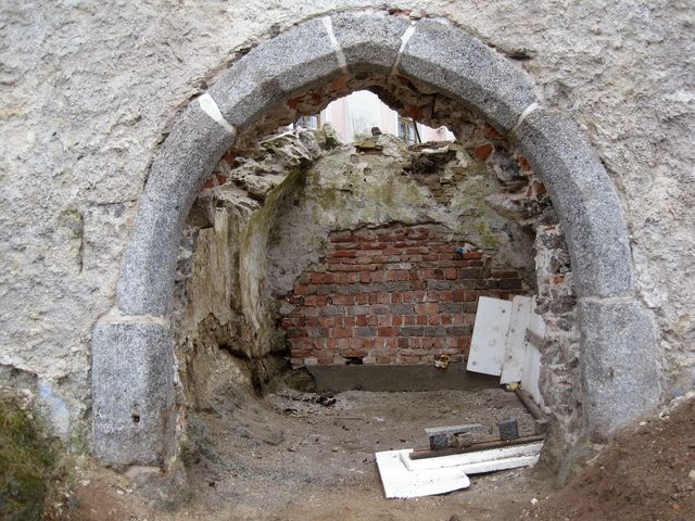 lomený gotický portál vstupní věže do areálu