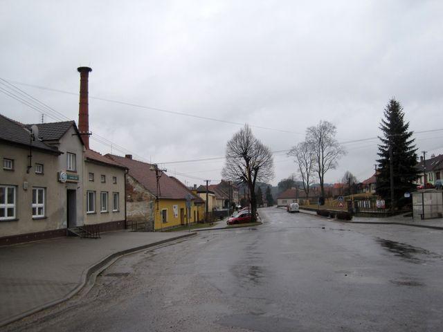centrum Tasova - vlevo hostinec U Lišků, v oranžovém domě bývalo od roku 1946 knihařství Stanislava Vodičky, dále vzadu stará pošta