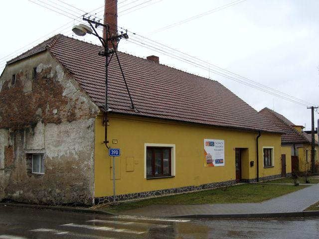 v místnosti za zadním oknem bývalo od roku 1946 knihařství Stanislava Vodičky